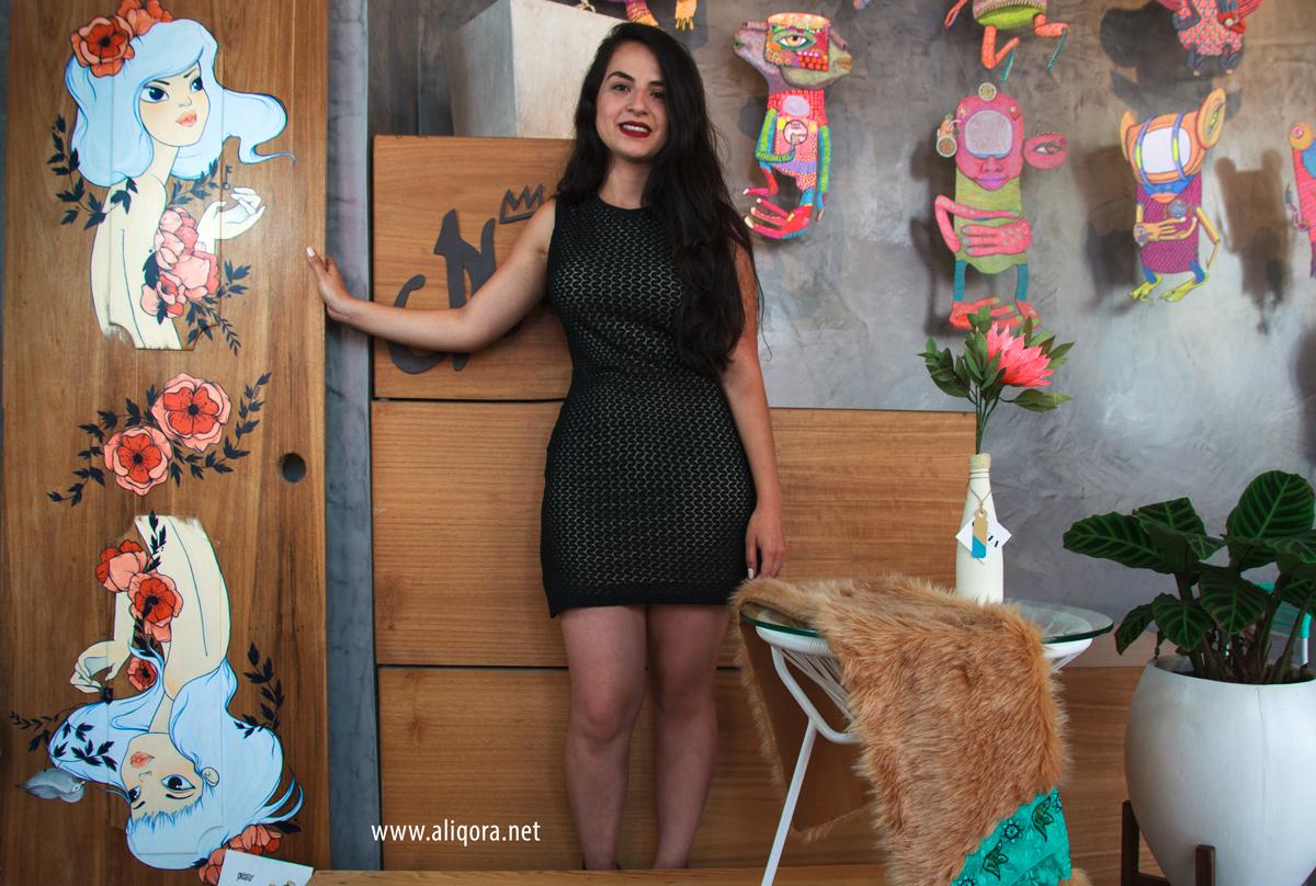 Vestido negro fondo beige